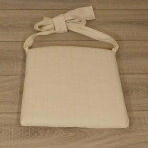 Losse kussens met strikken voor rotan eetkamerstoelen